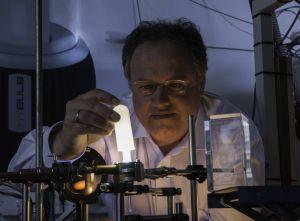 Ganz ohne Quecksilber: die Energiesparlampe aus dem KIT, hier mit Erfinder Dr. Rainer Kling. Foto: Martin Lober, KIT